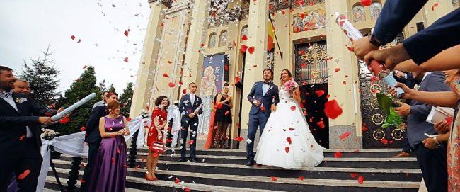 Confetii in ziua nuntii la iesirea din Biserica Adormirii Maicii Domnului, Satu Mare