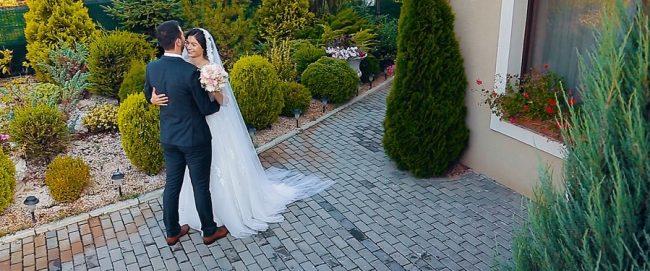 Intalnirea miresei si a merelui in ziua nuntii in curtea restaurantului Crystal din Satu Mare